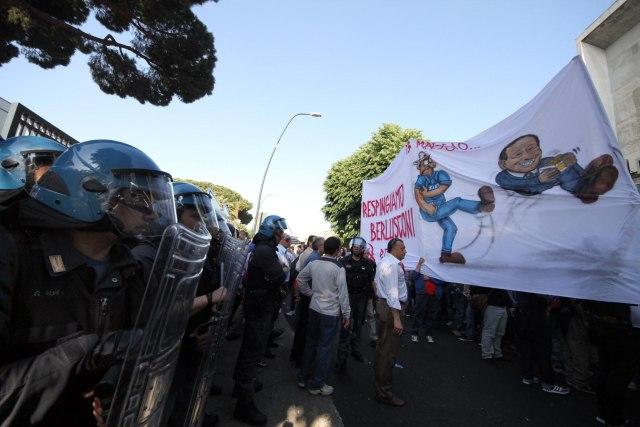 20110513_berlusconi_napoli__proteste1
