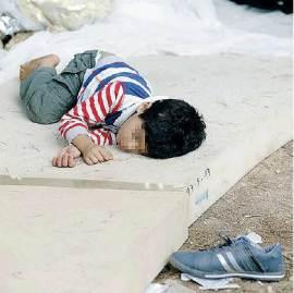 Quei bambini che dormono sull'asfalto di Lampedusa