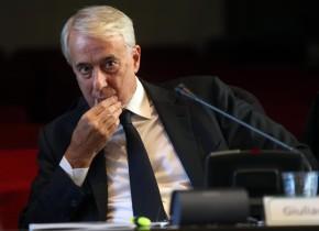 Il sindaco di Milano Giuliano Pisapia durante la presentazione del Bilancio di responsabilità' sociale della procura di Milano, 11 novembre 2015.  ANSA / MATTEO BAZZI