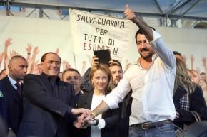 Il segretario della Lega Nord, Matteo Salvini (D), con Silvio Berlusconi e Giorgia Meloni sul palco allestito in Piazza Maggiore a  Bologna, 8 novembre 2015. ANSA/GIORGIO BENVENUTI