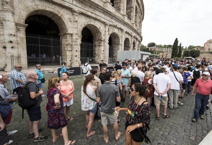 Turisti in fila in attesa di visitare il Colosseo la cui apertura, insieme a quella di altri dei siti, ?? stata ritardata alle 11:30, per via di un'assemblea sindacale, Roma, 18 Settembre 2015. ANSA/ MASSIMO PERCOSSI