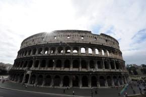 Veduta esterna del Colosseo in una foto d'archivio. ANSA / ETTORE FERRARI