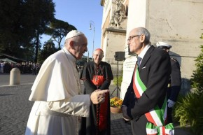 epa05006323 Pope Francis (L) talks with Prefect of Milan and new commissioner of Rome Francesco Paolo Tronca (R) as he arrives to celebrate a mass on All Saints' Day at the Verano cemetery in Rome, Italy, 01 November 2015.  EPA/REUTERS POOL