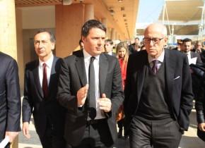 Il Premier Matteo Renzi (C) in visita al Cantiere di Expo 2015 con il commissario unico per Expo, Giuseppe Sala (S), e il prefetto Francesco Paolo Tronca (D), Milano, 13 marzo 2015.  ANSA/STEFANO PORTA