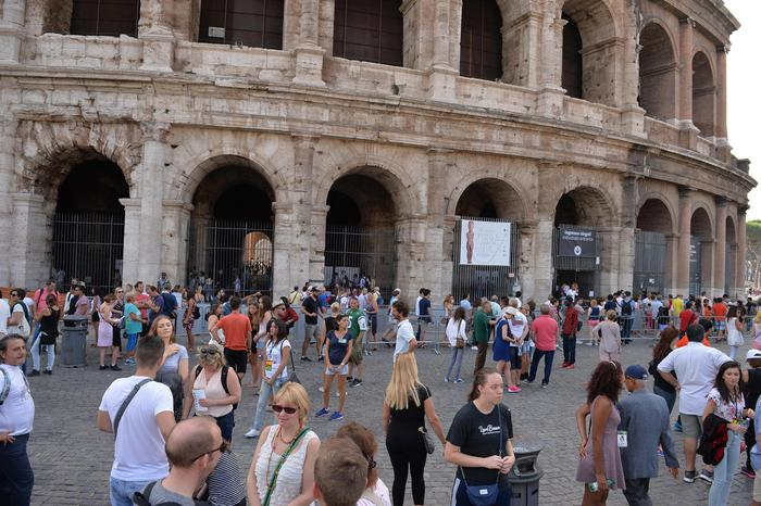 Turisti al Colosseo il giorno dopo lo stop per assemblea sindacale, Roma, 19 settembre 2015.  Tourist at Colosseum the day after that thousands of tourists have been kept out of the Colosseum by a union meeting, prompting the culture minister to vow measures to make sure it doesn't happen again, Rome, 19 September 2015. ANSA / MAURIZIO BRAMBATTI