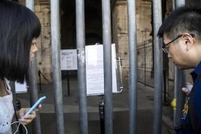 Turisti in fila in attesa di visitare il Colosseo la cui apertura, insieme a quella di altri dei siti, è stata ritardata alle 11:30, per via di un'assemblea sindacale, Roma, 18 Settembre 2015. ANSA/ MASSIMO PERCOSSI