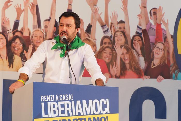 Il leader della Lega Nord, Matteo Salvini, durante la manifestazione della Lega in piazza Maggiore a Bologna, 8 novembre 2015. ANSA/GIORGIO BENVENUTI