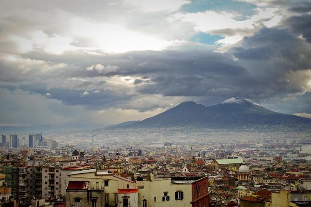 La neve compare sulla cima del Vesuvio, conseguenza delle temperature più rigide e del cielo sereno, Napoli, 25 gennaio 2014. ANSA / CIRO FUSCO