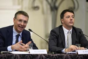 Il presidente dell'Autorit?? anticorruzione (Anac), Raffaele Cantone e il premier Matteo Renzi durante la presentazione del libro 'Corruzione a norma di Legge', Roma 14 Gennaio 2015. ANSA / LUIGI MISTRULLI