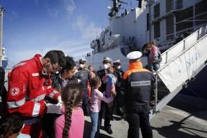 Lo sbarco dalla Fregata Espero al porto di Trapani dei 424 immigrati soccorsi a largo di Lampedusa dalla Marina militare, 1 maggio 2014.  ANSA/GIUSEPPE LAMI