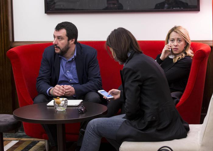 Matteo Salvini e Giorgia Meloni all'interno di un bar del centro storico, Roma, 21 marzo 2016. ANSA/MASSIMO PERCOSSI