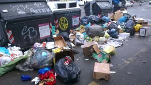 Via Torrevecchia ore 10 sono stracolmi, sacchetti di rifiuti gettati a terra - Via Torrevecchia ore 10 sono stracolmi, sacchetti di rifiuti gettati a terra - fotografo: mario proto