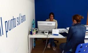 Una ragazza in cerca di lavoro in un ufficio di Pisa, 1 giugno 2012. ANSA/STRINGER