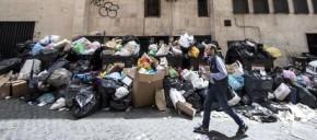 Sacchi contenenti spazzatura nel quartiere Monti a Roma, 30 maggio 2016.  ANSA/MASSIMO PERCOSSI