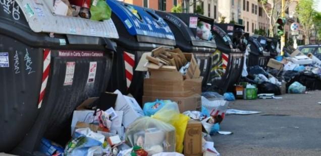 Roma (s)travolta da una montagna di rifiuti: ecco perché è successo